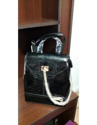 mochila negra charol elegante
